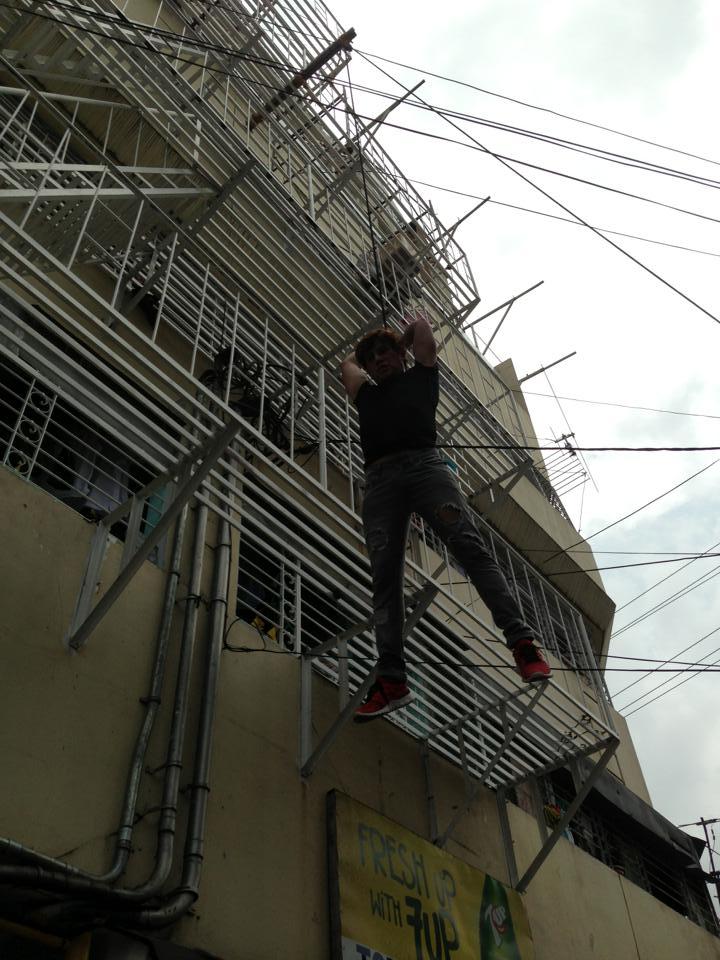 THEATER ACTOR, TUMALON NG BUILDING!