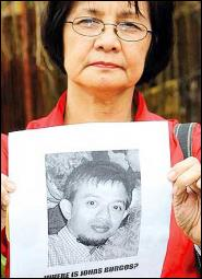 mrs. edith burgos with the picture of her son, jonas
