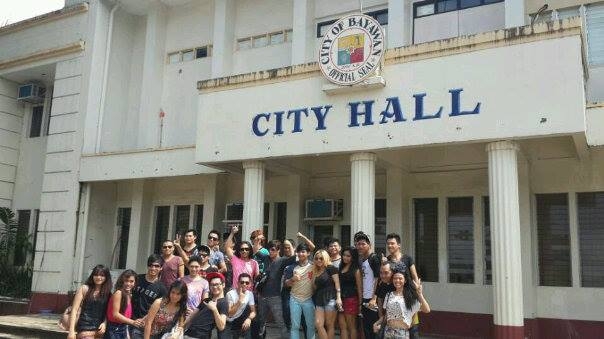 ANG MGA STAGERS SA HARAP NG MUNISIPYO NG BAYAWAN NU'NG MAG-COURTESY CALL SILA KAY MAYOR GERMAN P. SERNA, JR., ANG HONORABLE MAYOR NG BAYAWAN CITY SA NEGROS ORIENTAL