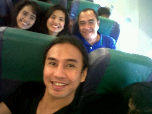 isang manunulat habang katabi ang dalawang nagagandahang mga babaeng aktres sa Philippine Stagers Foundation, nasa harap naman si ms. chin ortega