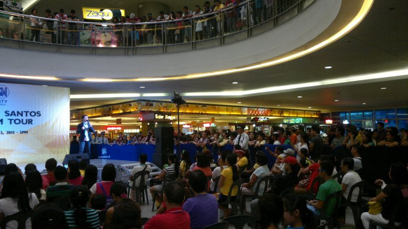 ang mga taong nanood sa concert ni Gerald sa SM Iloilo City