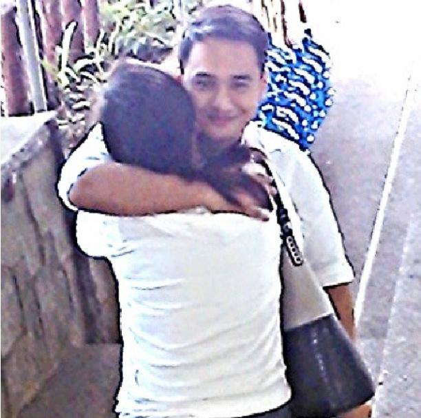 jm embraces his mom