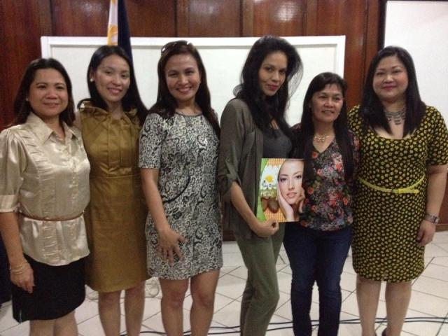 third from left: mrs. prescy valenzuela-yulo and ms. maria isabel lopez (4th from left), together with other beauty wellness enthusiasts, in the recently concluded franchising event of skin rejuve in iloilo city.