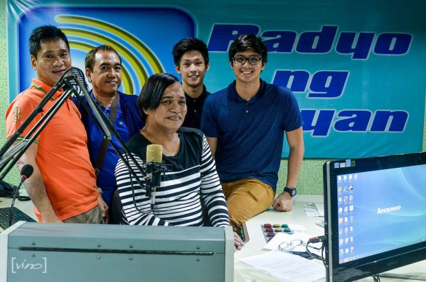 aljon when he guested at dzrb radyo ng bayan, with his manager chikki martin (in orange shirt), this blogger sssip, nikki co and radio dj ms. renee garcia (center)