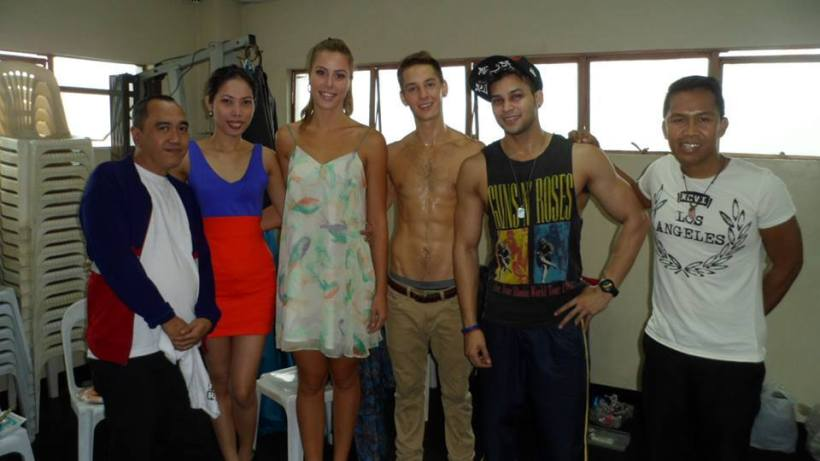 MS. KALANI ROBERTSON (3RD FROM LEFT) IN HER VERY FIRST PHOTO SHOOT IN THE PHILIPPINES, FLUNKED BY HER BOYFRIEND TIM GREENWALD AND KANE ROGAL, CLAIRE DOGILLO, WITH BLOGGER SSSIP.*
