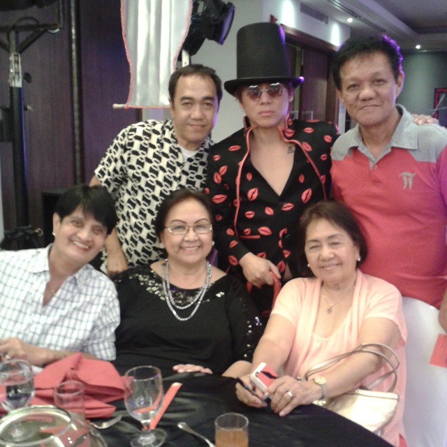 MR. VINCE TANADA IN A GRAND BLACK HAT, TOGETHER WITH MEDIA FRIENDS- MS. CRISPINA BELEN OF MANILA BULLETIN, MS. TESSIE LAGMAN OF DZRM RADIO STATION, MR. ART TAPALLA, A FRIEND OF MS. LAGMAN (IN WHITE SHIRT) AND THIS BLOGGER SSSIP.*