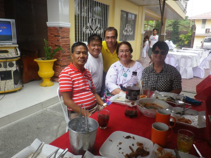tessie in a fiesta event in mexico, pampanga, with mexico barangay captain, direk edd palmos, blogger sssip (in yellow shirt) and tessie's friend josie alcantara.