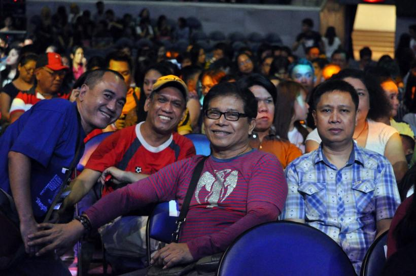 MY FRIEND AND COLLEAGUE WILLIAM REYES (IN RED SHIRT AND CAP) IN OUR VERY LAST PHOTO TOGETHER, TAKEN AT THE STAGERS CONCERT IN ARANETA COLISEUM, WITH OUR FELLOW COLLEAGUES, ALEX DATU, NONIE NICASIO, ALWYN IGNACIO AND ARNEL RAMOS (AT THE BACK ROW, PARTLY HIDDEN).