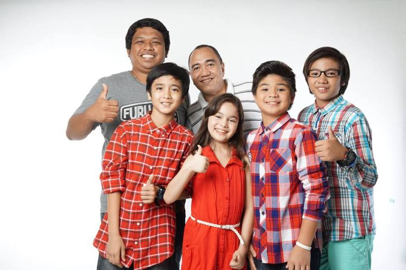 "the lead cast of ""eh kasi bata!"": (from left to right) carl acosta, mona louise rey, bugoy carino AND jerome miles manzano. with them on the photo are: direk errol ropero and blogger sssip (on stripes shirt)"