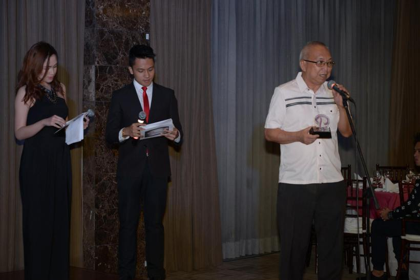 """ricky lee receives special award from """"personage"""""""