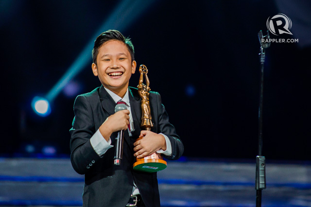 BABY MIGGS EMBRACES TIGHTLY HIS TROPHY AS FAMAS BEST CHILD ACTOR! WE LOVE YOU, BABY MIGGS! (PHOTO COURTESY OF RAPPLER.COM)